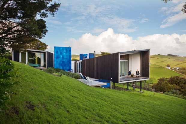 It was almost a full-time job looking for a property in Northland before Dave and Isobel settled on 1.5 hectares of kowhai and totara-edged land overlooking the Kaipara Harbour. They love living with the ebb and flow of the tide as it finds its way many kilometres up the estuary from the ocean.